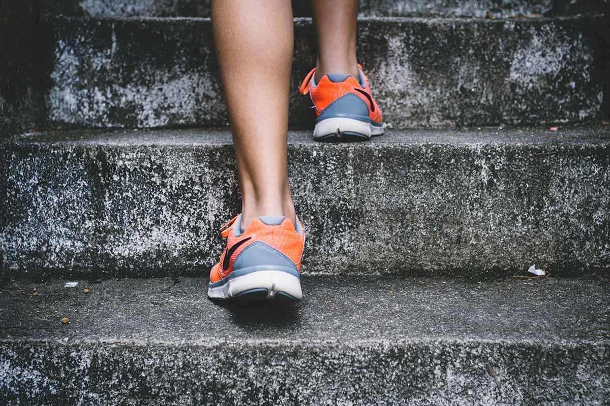 andar 8 km perde quantas calorias